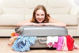 frau-packt-koffer