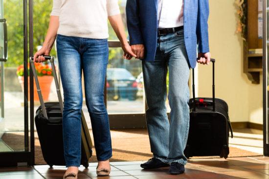 Ehepaar am Hotel